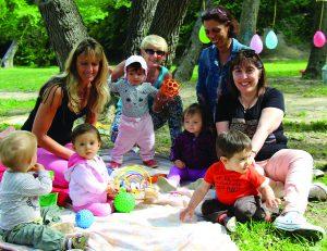 Les Assistantes Maternelles et les enfants dont elles ont la garde lors de la Fête du jeu du RAPE